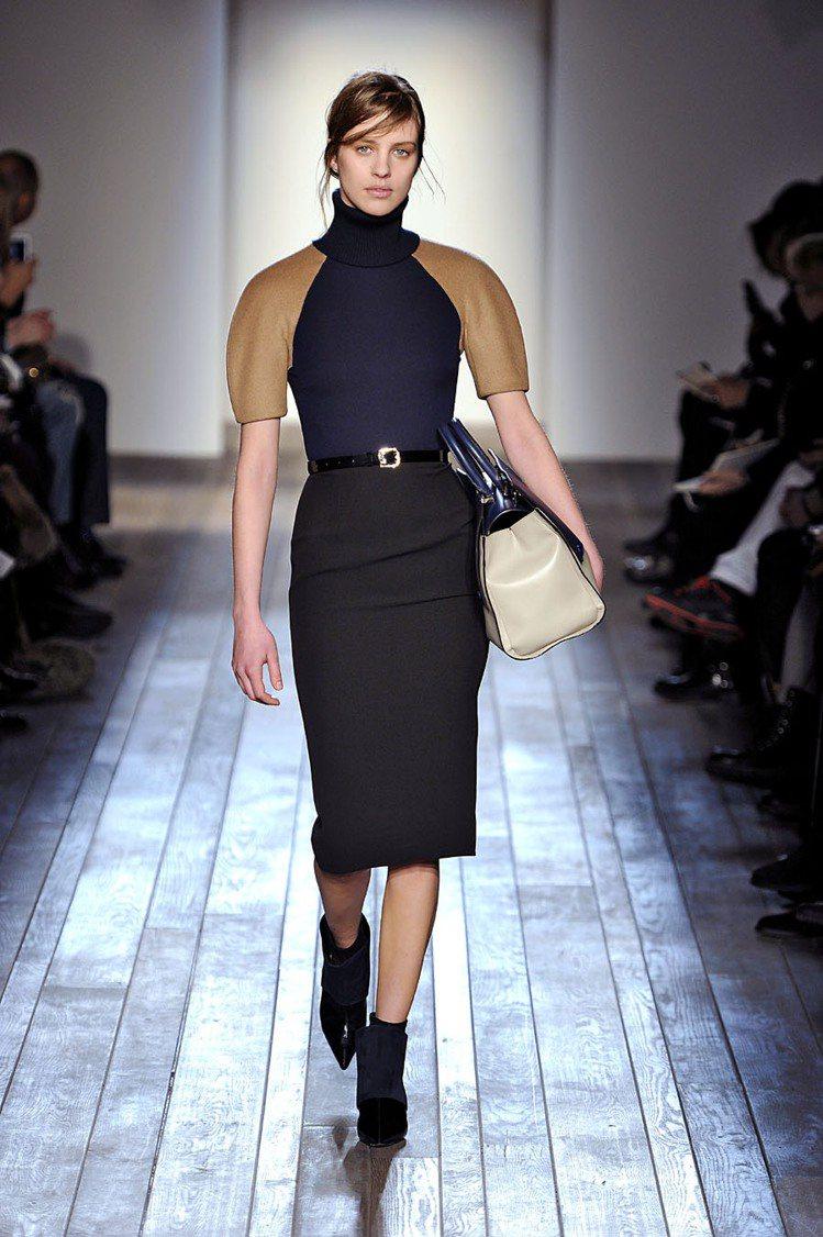 維多利亞貝克漢的同名品牌時尚秀也充滿了「大包當手拿包」的造型。圖/達志影像