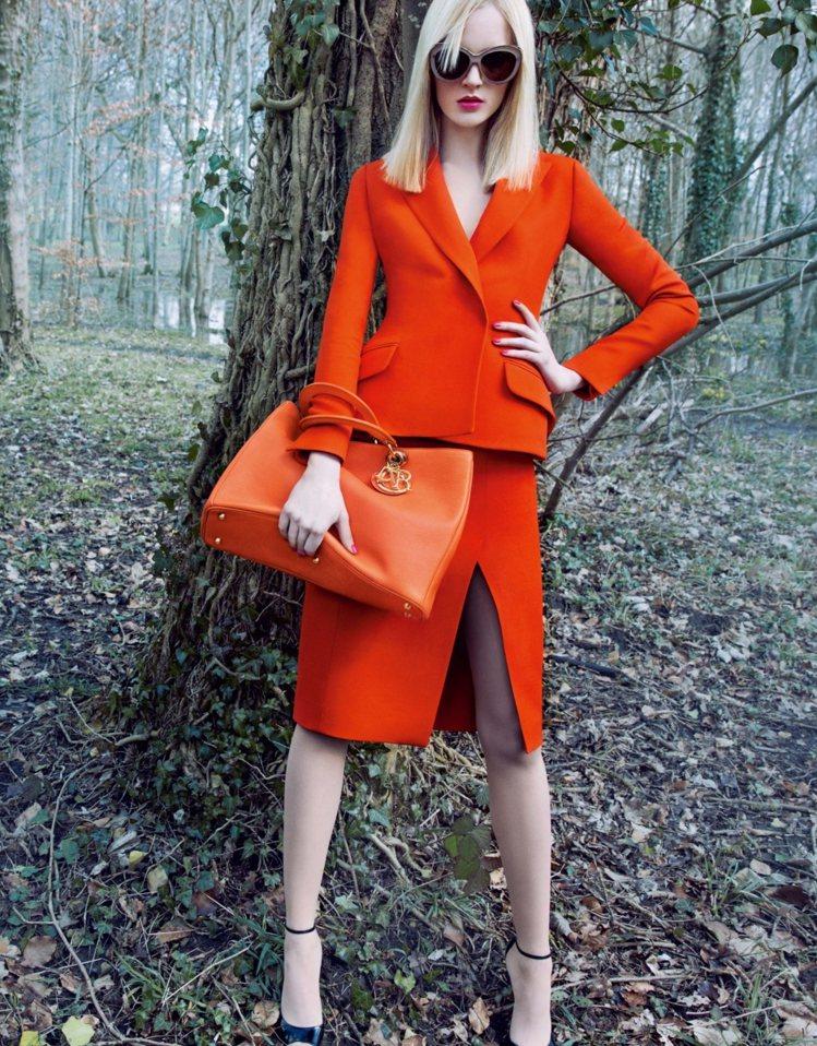 Dior微電影秘密花園II也將大包用手握住展現霸氣。圖/Dior提供