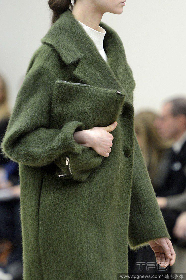 CELINE秋冬推出毛茸茸手拿包,和服裝相呼應,用一樣的布料、配色,打造出「延伸...