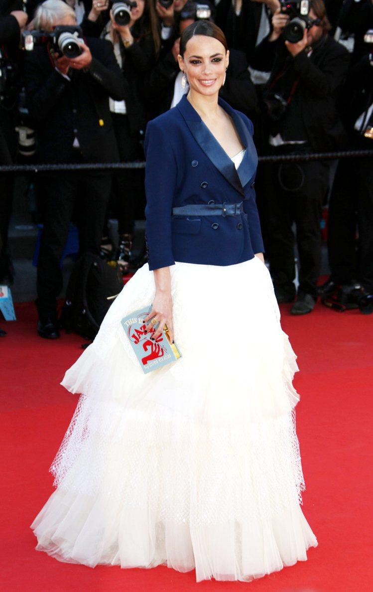 貝芮妮絲貝喬在坎城影展上也用Olympia Le-tan書本包搭配禮服。圖/達志...