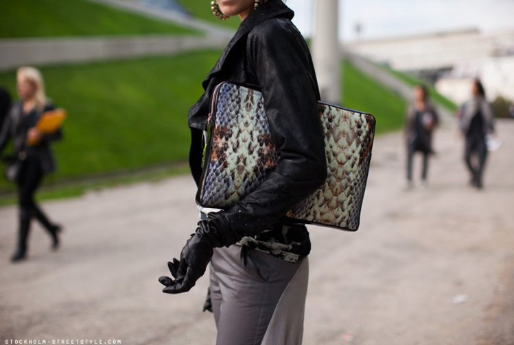 線條俐落的包款,它的設計與服裝搭配就就更為搶眼,畢竟形狀就那麼固定,拿在手上就像...