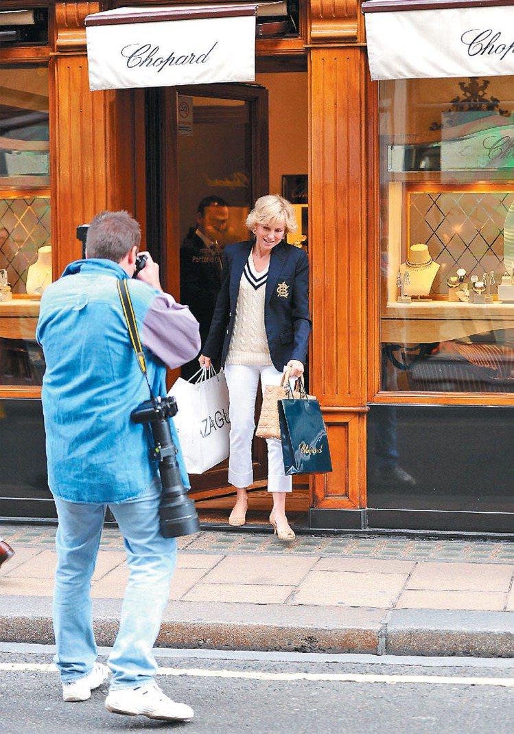 片中「黛妃」自蕭邦珠寶店走出,拎著Lady Dior包,躲避狗仔追逐。 圖/博偉...