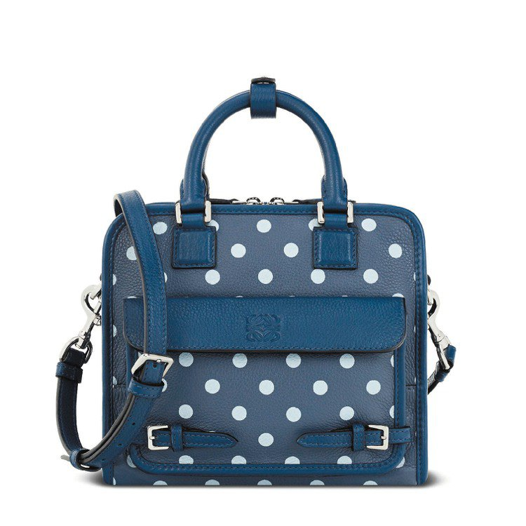 海軍藍圓點Cruz小型手袋,84,000元。圖/LOEWE提供
