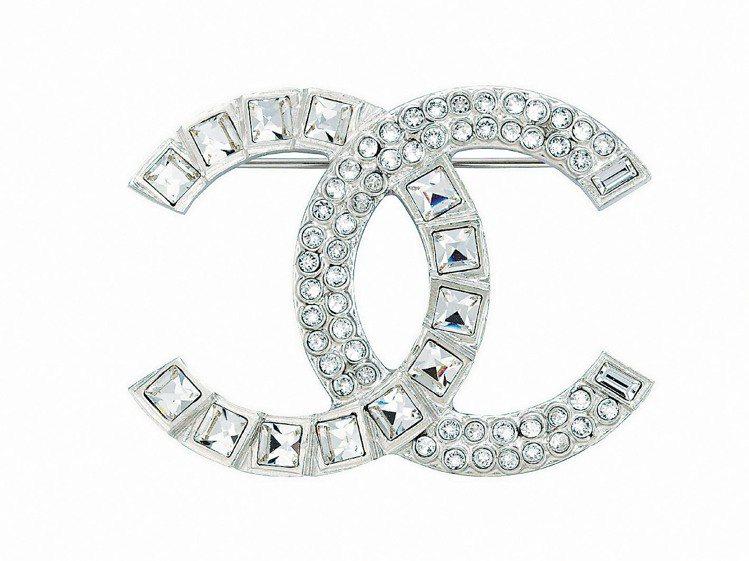 銀色Art Deco水晶胸針12,000元。圖/CHANEL提供