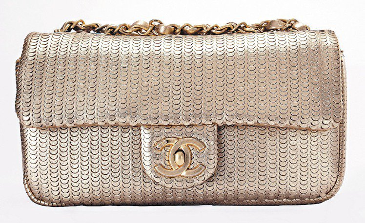金色小羊皮雕刻亮片肩背包10萬8,300元。圖/CHANEL提供