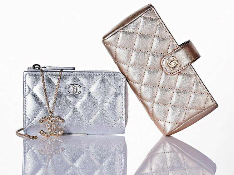 金色手機包28,400元(右)、銀色鑰匙包15,200元、金色短項鍊18,800...