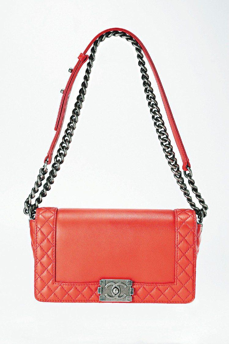紅色小羊皮Boy Chanel 包,129,500元。圖/CHANEL提供