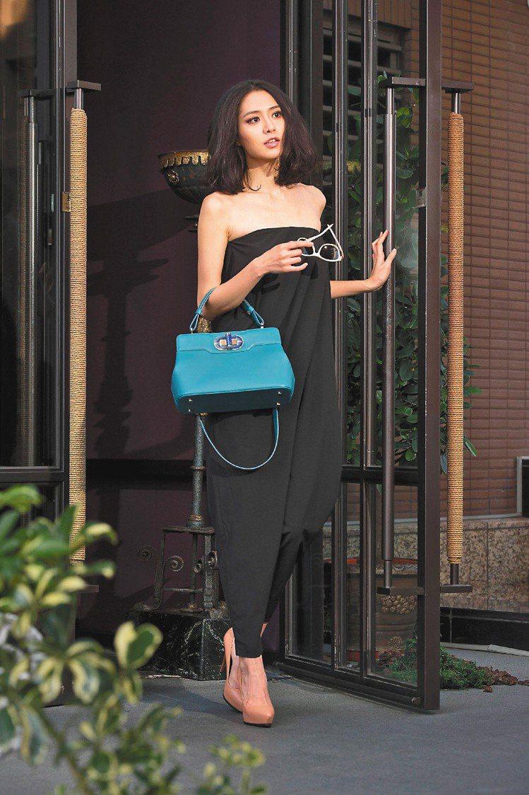 白歆惠以小露性感的黑色連身褲搭配寶格麗Isabella Rossellini藍綠...
