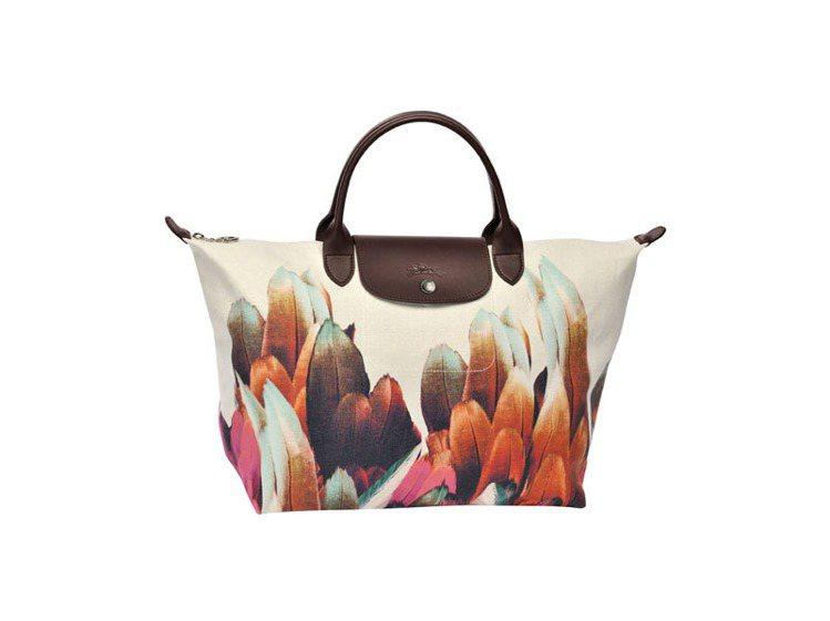 經典La Pliage包也印上澳洲特有小型吸蜜鸚鵡的彩色羽毛印花。圖/Longc...