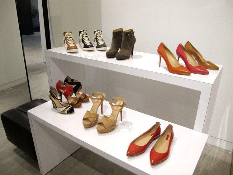 鞋款系列也越來越多樣化,春季鞋履主打平底鞋款式。為了呼應旅行的主題,品牌也特別打...