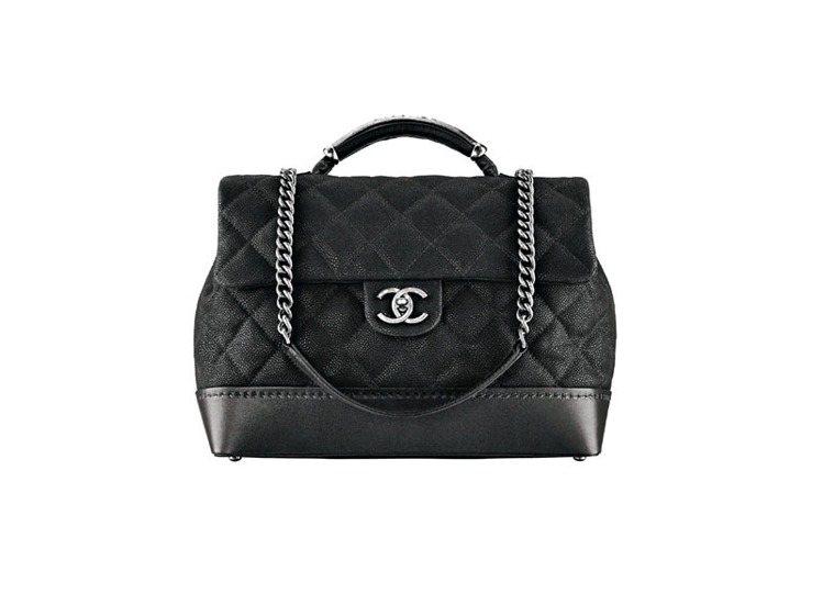 香奈兒黑色壓紋肩揹保齡球包,11萬4,500元。圖/CHANEL提供