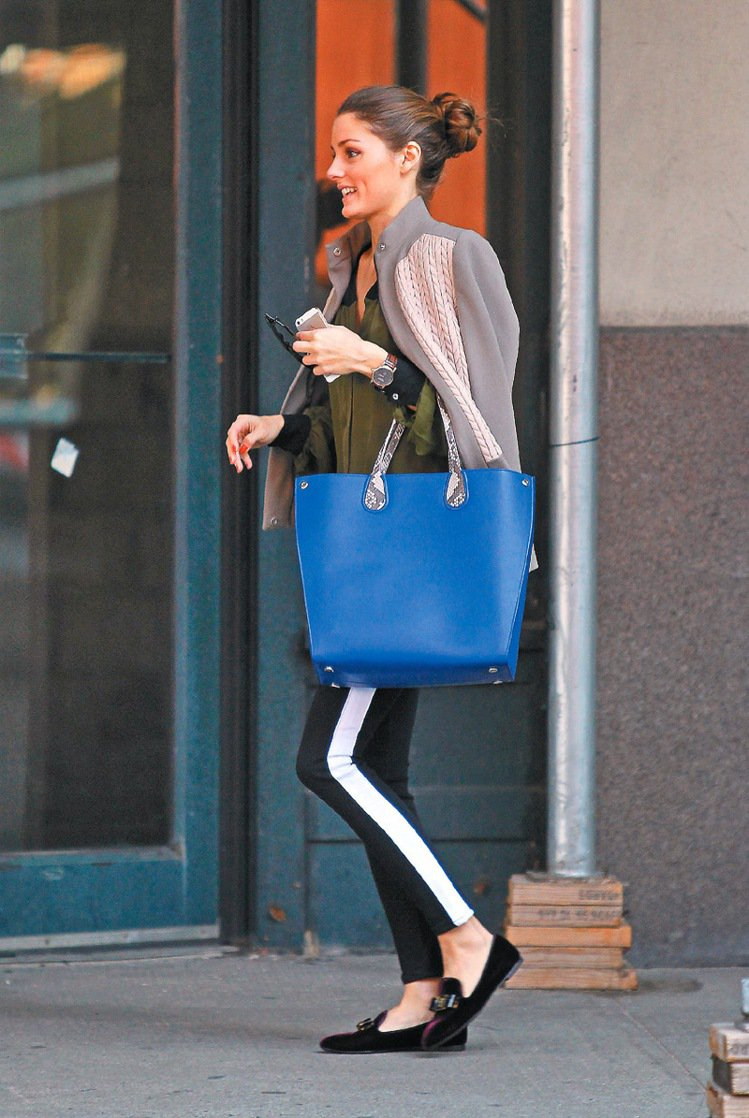 Olivia Palermo拎Dior新款Addict包。圖/Dior提供