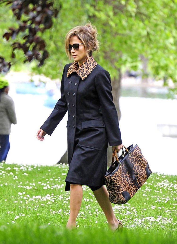 珍妮佛羅培茲拎GUCCI豹紋竹節Shopper包。圖/GUCCI提供
