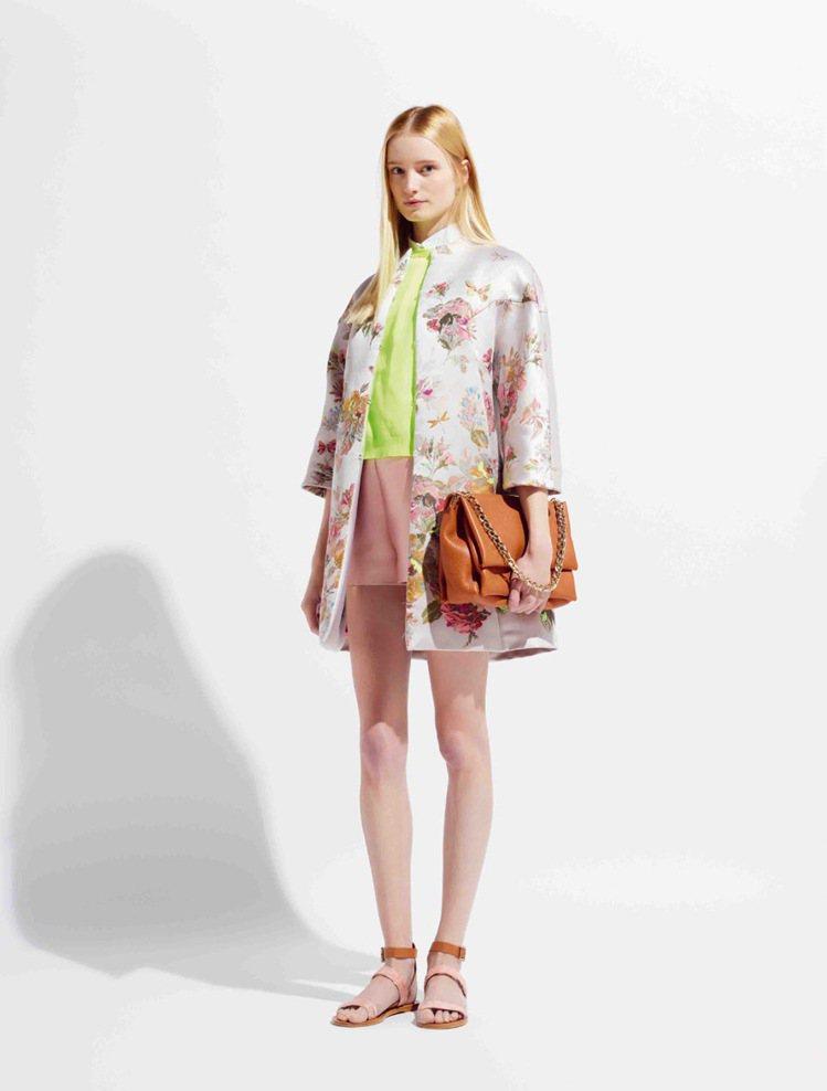 Valentino明年春夏延續蟲蟲時尚,推出精繡昆蟲的織錦鋪棉外套。圖/Vale...