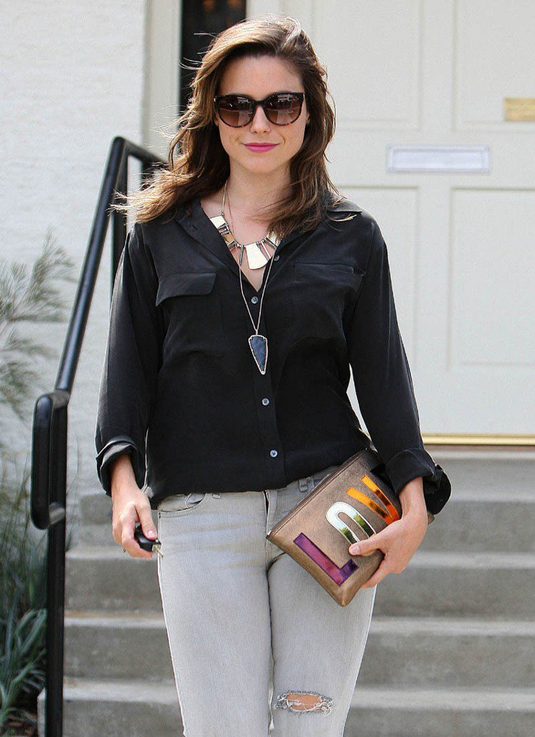 美國女星蘇菲亞布希與LANVIN的「LOVE」手拿包。圖/達志影像