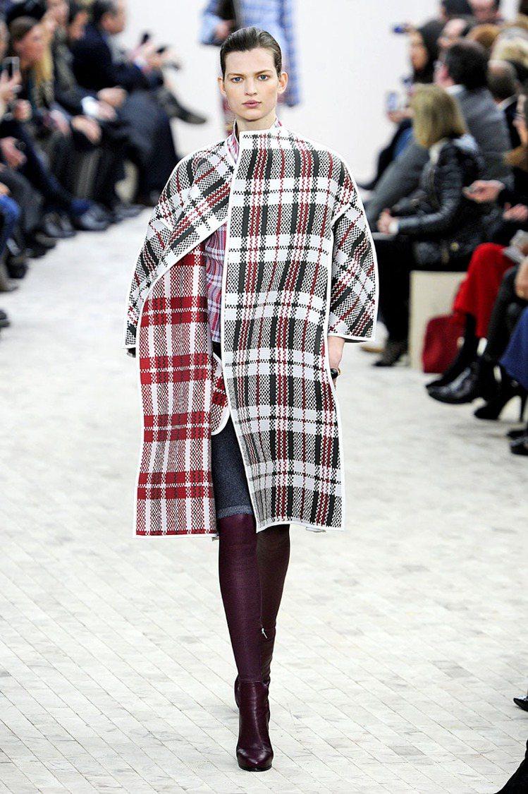 CELINE 的皮革過膝靴緊貼程度有如第二層皮膚,也像穿著各色彩色襪般為冬日裡增...