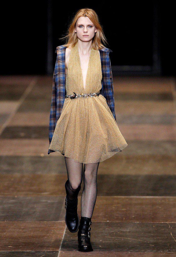 YSL秋冬秀短靴搭配洋裝打造混搭甜美的效果。圖/YSL提供