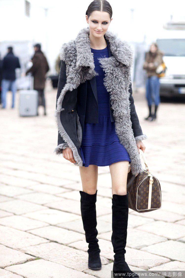 及膝靴搭洋裝,甜美又有個性。圖/達志影像