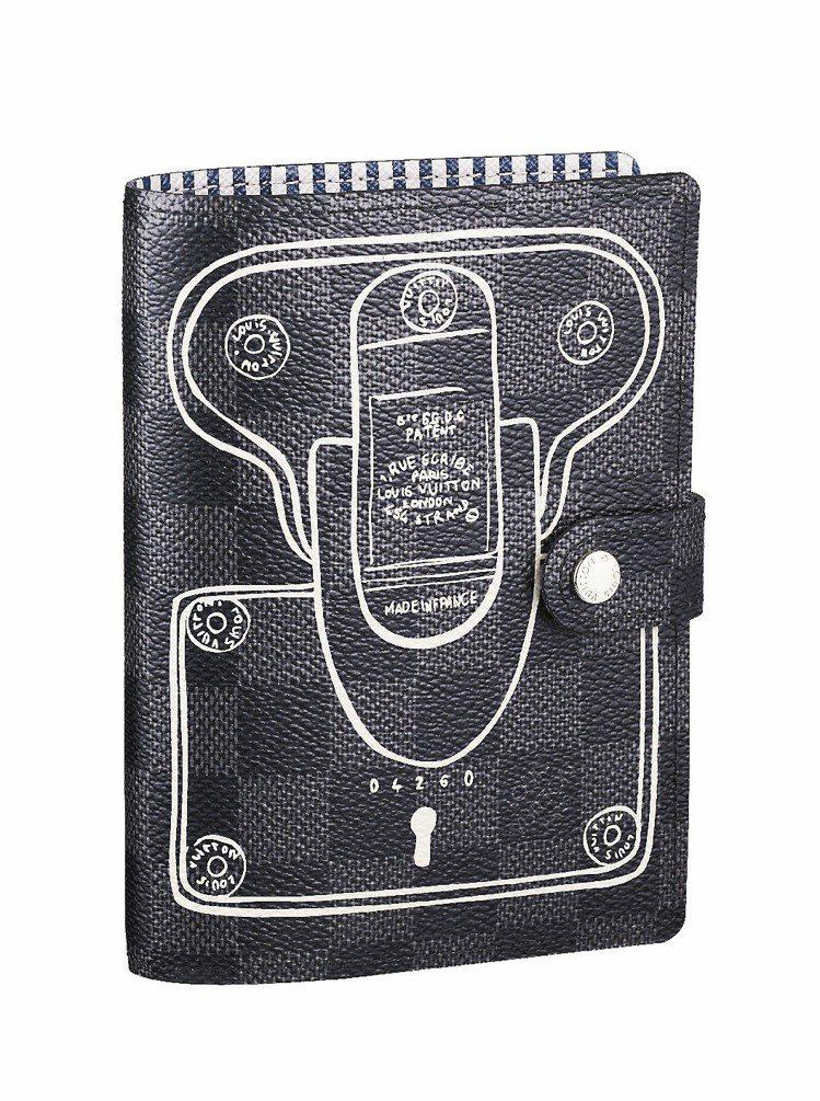 單品推薦LV黑色棋盤格記事本,印有傳統廣告的特殊圖樣。15,000元圖/LV提供