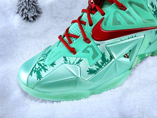 LEBRON 11外底則透過半透明色來展現凍霜的效果,增添冬日耶誕節氣氛。圖;文...