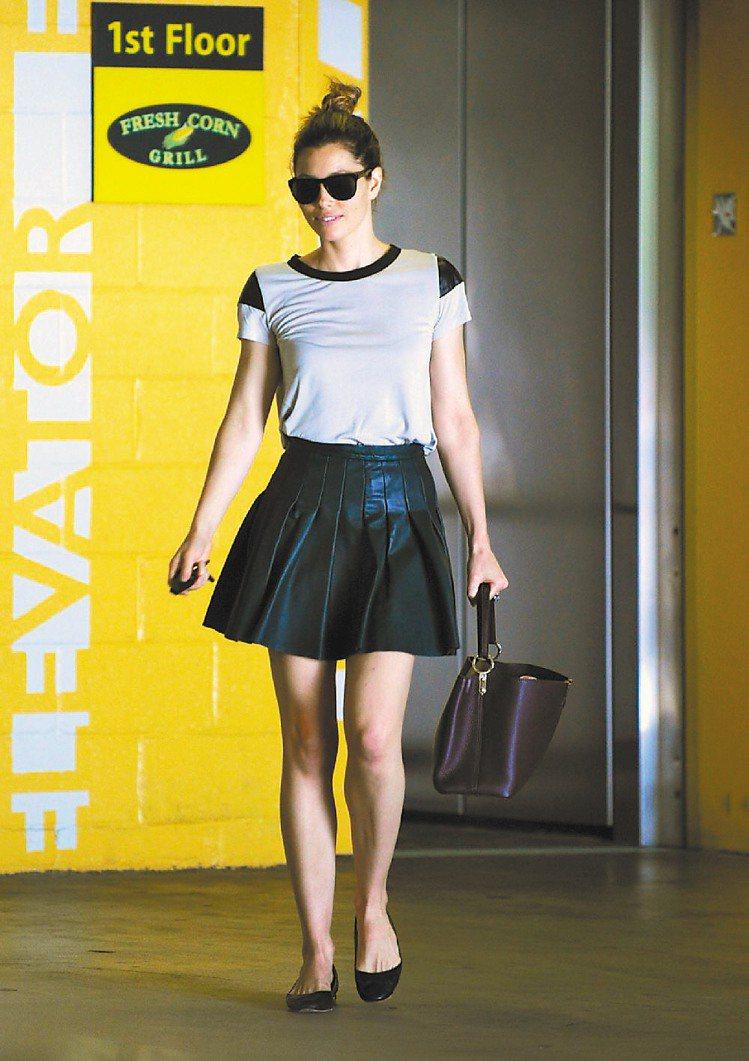 潔西卡貝兒活潑俏皮裝扮搭Capucines手袋也出色。圖/LV提供
