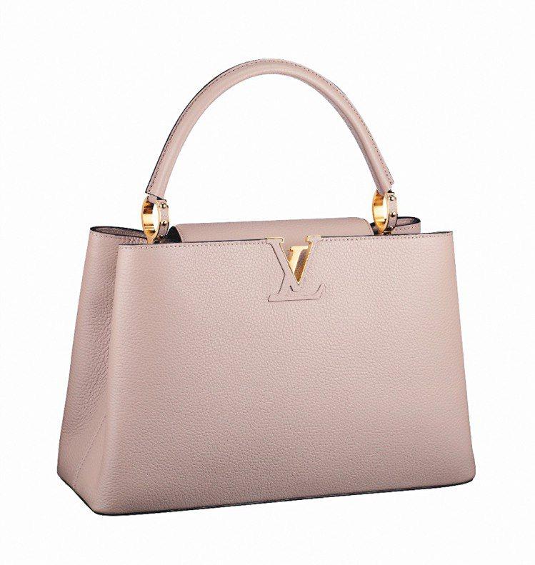 Capucines MM,袋口飾有品牌縮寫LV標誌,春夏新色17萬7,000元。...