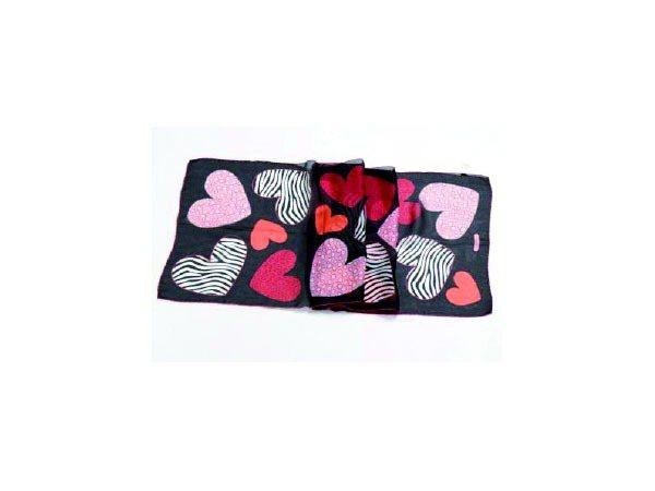 黑色愛心印花絲巾,8,500元。圖/Ferragamo提供