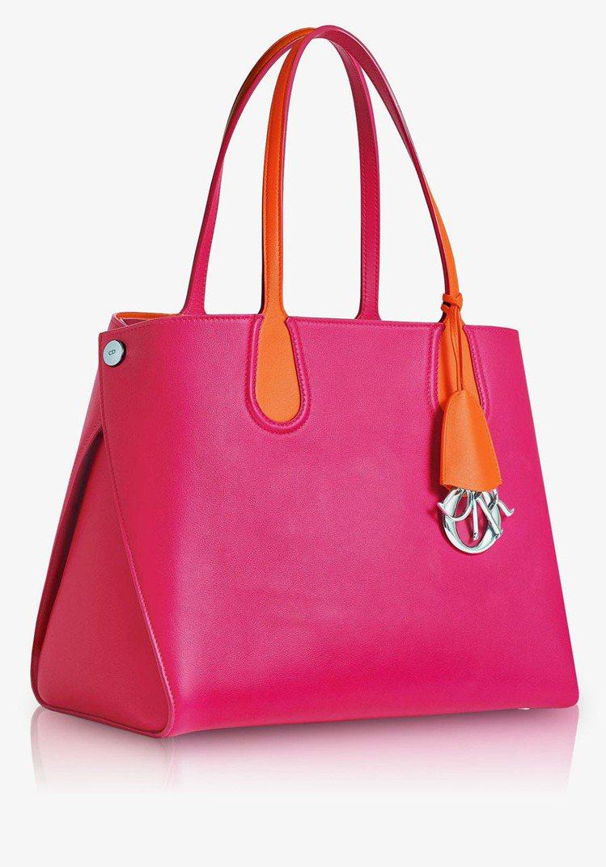 Dior Addict 經典局部拼接桃紅色小型購物袋,85,000元。圖/Dio...