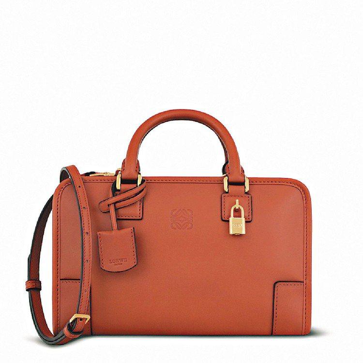 磚紅Amazona 23手袋,63,000元。圖/LOEWE提供