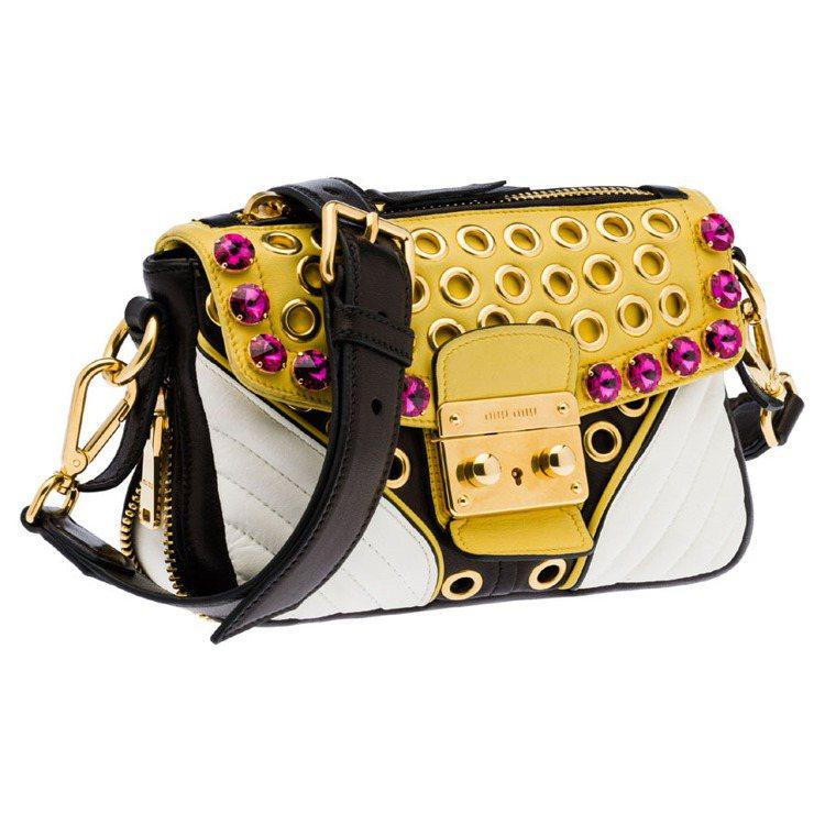MIU MIU搖滾騎士包鑲綴鉚丁寶石,65,500元。圖/MIU MIU提供