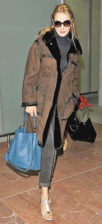 鄔瑪舒曼拎FENDI Selleria系列安娜包,自在有型。圖/FENDI提供