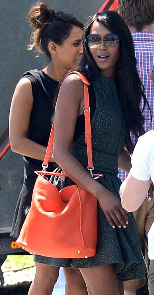 娜歐蜜坎貝爾肩背FENDI Selleria系列安娜包鮮豔色調格外搶眼。圖FEN...