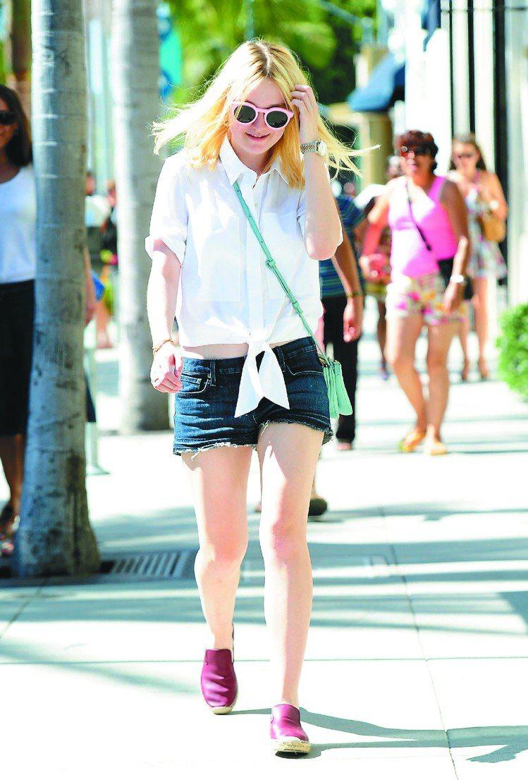 達柯塔芬妮以CELINE Espadrille休閒鞋與Trio包款,展現夏日率性...