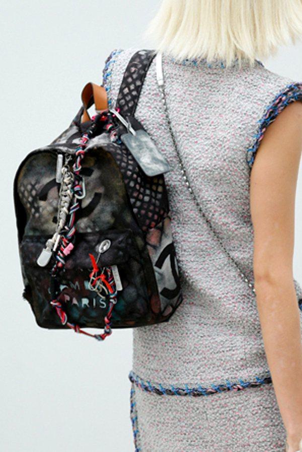以藝術為主題的 CHANEL 2014春夏時尚秀,推出塗鴉藝術為設計概念的後背包...