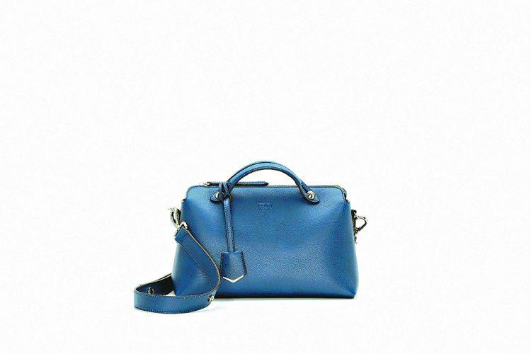 藍色小牛皮中型By The Way手提包,55,000元。圖/FENDI提供