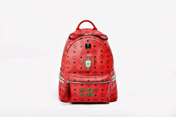 結合葡萄牙國旗,以及C羅名字縮寫及其球衣背號7的專屬MCM背包。圖/MCM提供