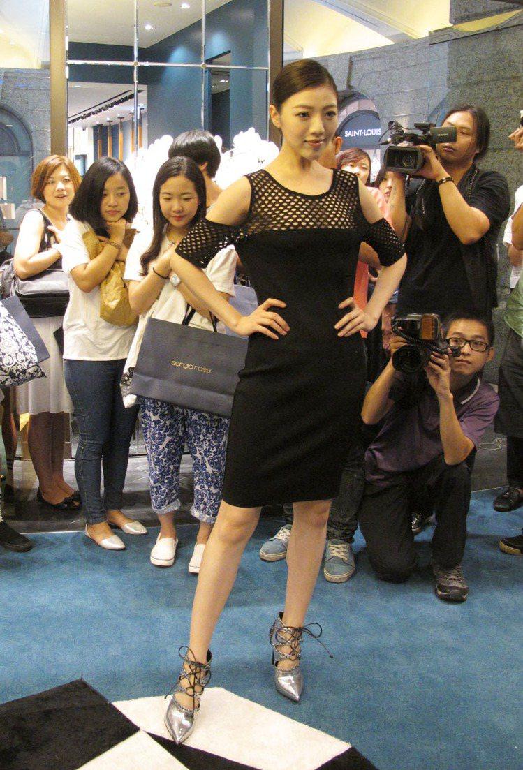 模特兒展示 sergio rossi 新鞋款。記者吳曉涵/攝影