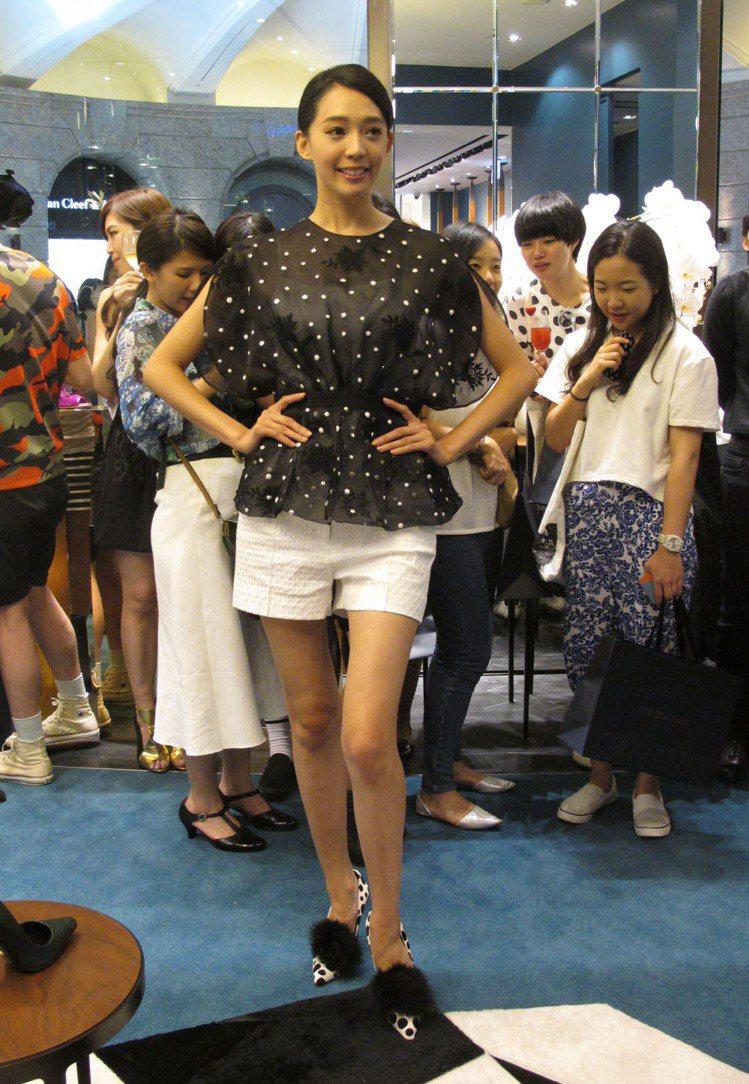 王心恬展示 sergio rossi 新鞋款。記者吳曉涵/攝影