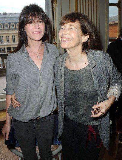英國傳奇女星珍柏金(右)與女兒夏綠蒂甘絲柏。圖/擷取自telegraph