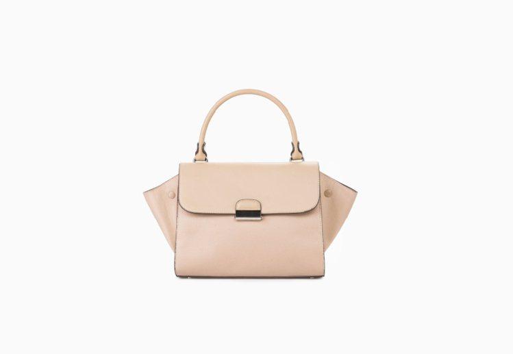 MANGO 一月份新品也推出多款粉色單品,如果覺得單色系的上衣、包包太素,還有印...