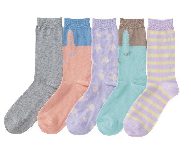GU 春季女裝、童裝也有不少粉嫩色單品,包括風衣、窄裙、襯衫、襪子等,夢幻色彩優...