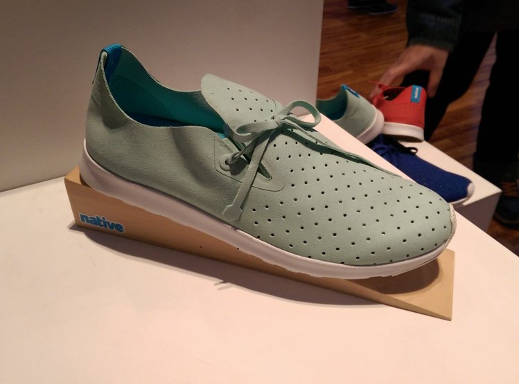 APOLLO 鞋款以品牌擅長的 EVA 材質加上超細纖維製成,好穿舒適的感覺就像...