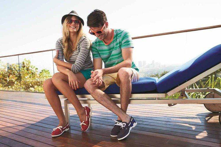 Crocs 卡駱馳推出全新春夏新品,海灘帆船鞋瀰漫優雅休閒風。圖/卡駱馳提供