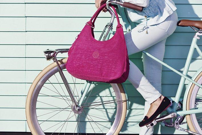 今年春夏新登場的Kipling包款,以多彩的田園印花、花朵般的粉嫩色系。圖/Ki...