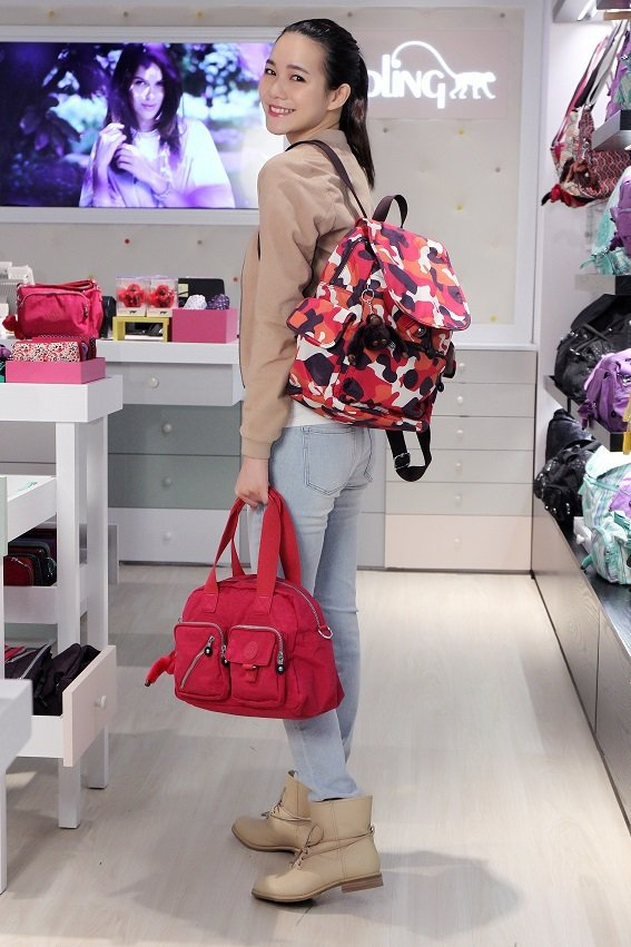模特兒示範Kipling春季新品 ,DEFEA手提包 4,680元,迷彩CITY...