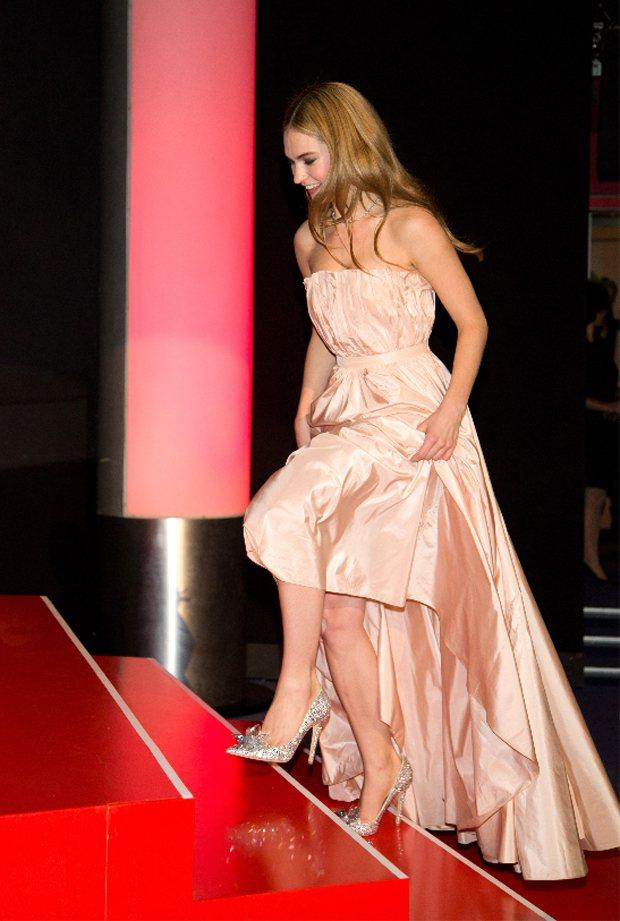 「仙履奇緣」女主角莉莉詹姆斯穿JIMMY CHOO銀色水晶高跟鞋出席電影首映。圖...