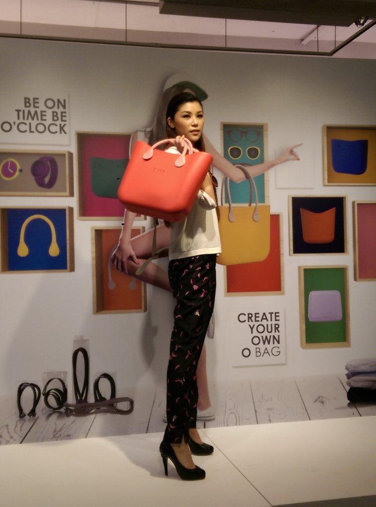 義大利品牌 O BAG FACTORY 發表春夏新品,主打粉嫩馬卡龍色包款。記者...