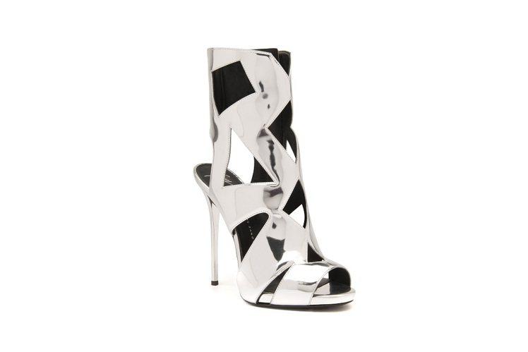 Giuseppe Zanotti Design 銀色皮革幾何鏤空踝靴。圖/迪生提...
