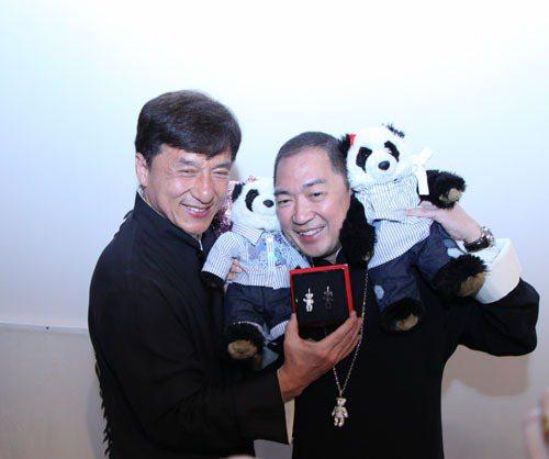 Bazaar明星慈善夜,成龍以250萬帶回了Hugging Bo Bo和Ha H...