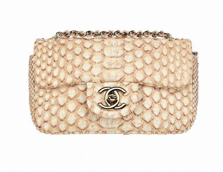 推薦情人禮裸色蟒蛇鍊帶包,94,900元。圖/CHANEL提供
